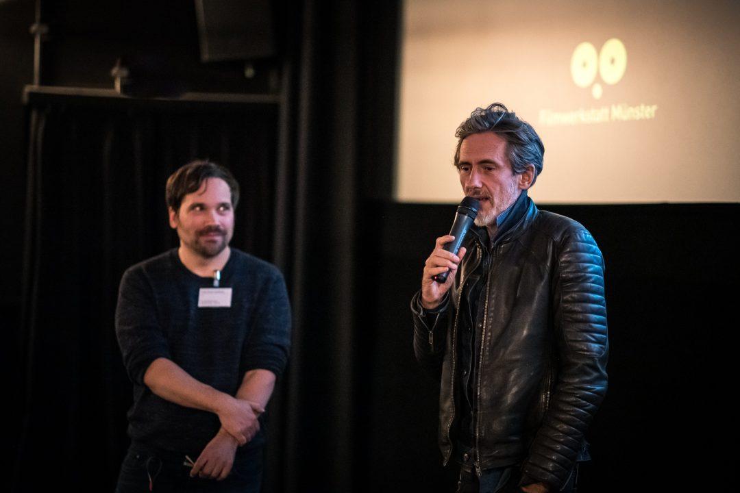 Moderator Gian-Philip Andreas mit Quarxx, dem Gewinner der Preises für die beste Regie 2019 (Foto: Thomas Mohn)